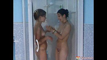 2 lesbos sharing a pee fetish