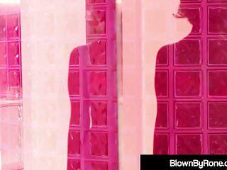La juvénile Hawt Samantha Rone donne un massage nu à Holly Heart
