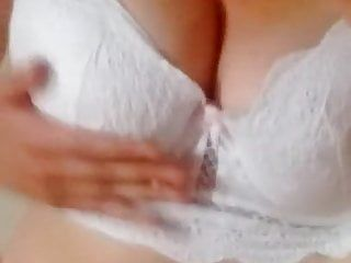 Lilly77777 se masturbe devant un porno sm