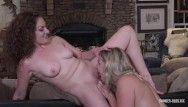 Milf mynoys Mandy e Nikki se masturbando e lambendo na mesa da piscina